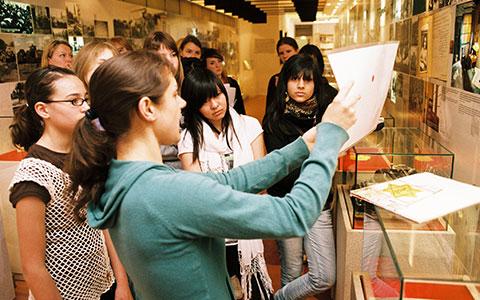 5-HausSchwar-AnneFrank-JugendlicheinAusstellung