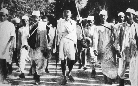 8-4-Gandhi_pendant_la_marche_du_sel